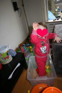 foto van Nola in de speelgoedbak