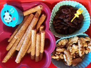 soepstengels met dip, rozijntjes en walnoten
