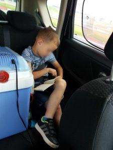 In de auto op vakantie tekenen en eten zonder ruzie
